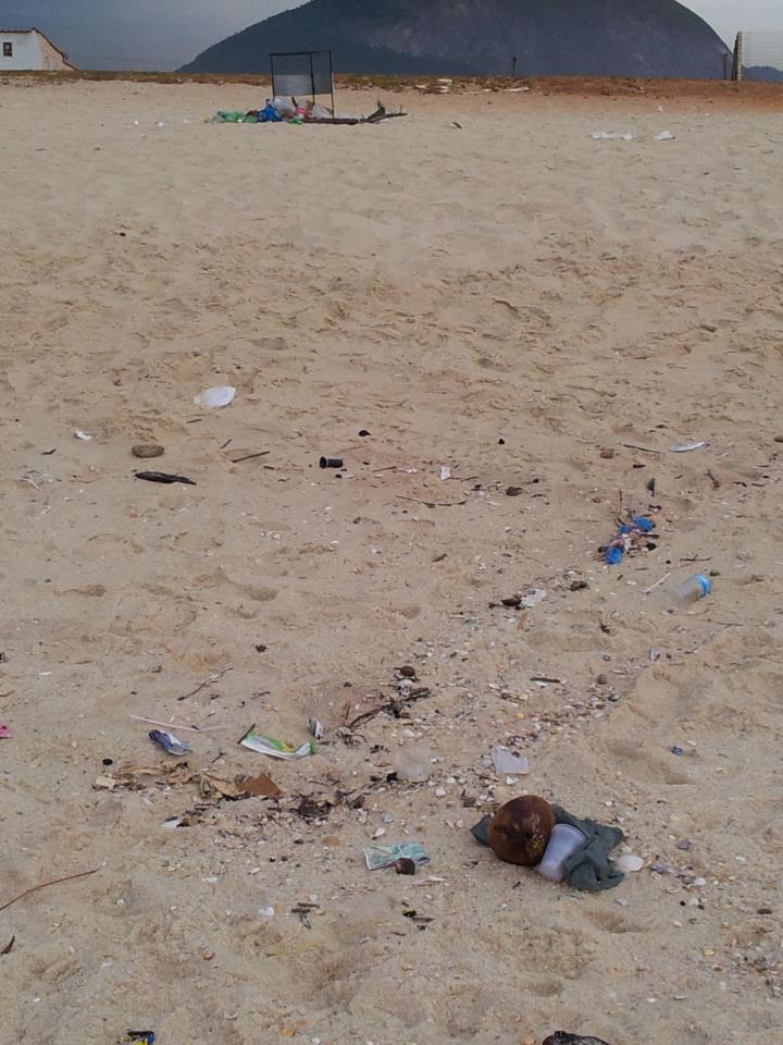 Lixo também na praia de Itaipuaçu. (Foto: Luciana Bastos | Internauta)