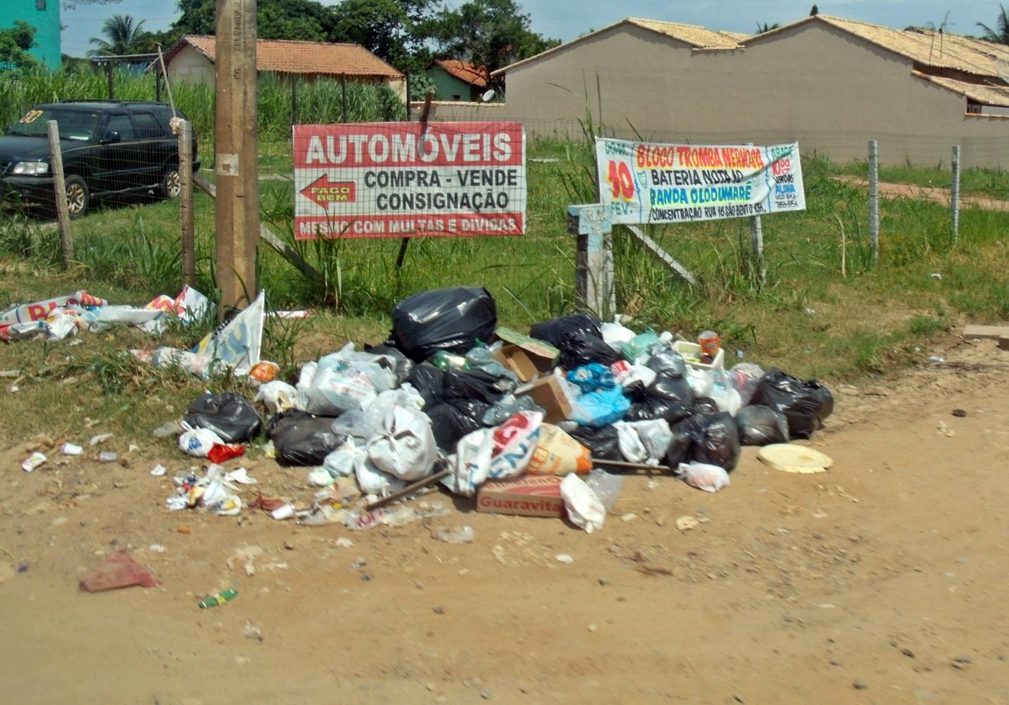 Depois do carnaval, lixo fica acumulado em Itaipuaçu