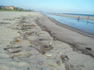 Praia de Cordeirinho completamente suja. (Foto: Elisa Bamonte | Internauta)