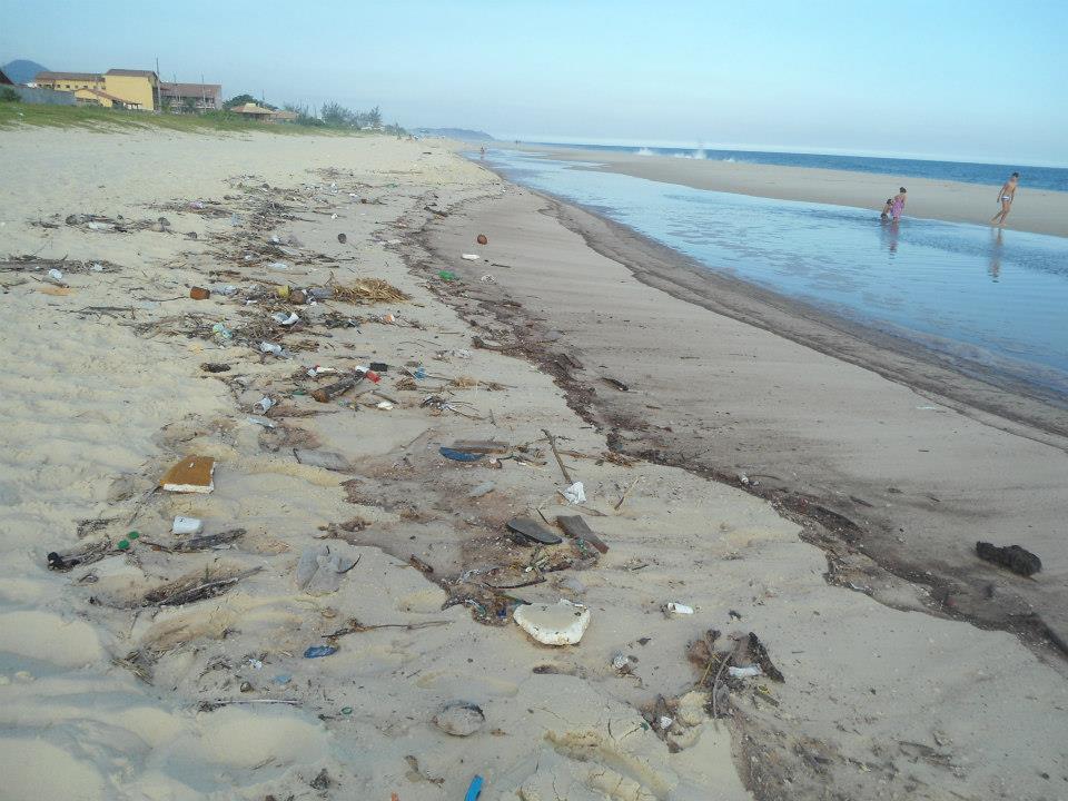 Lixo continua espalhado pelas praias de Maricá