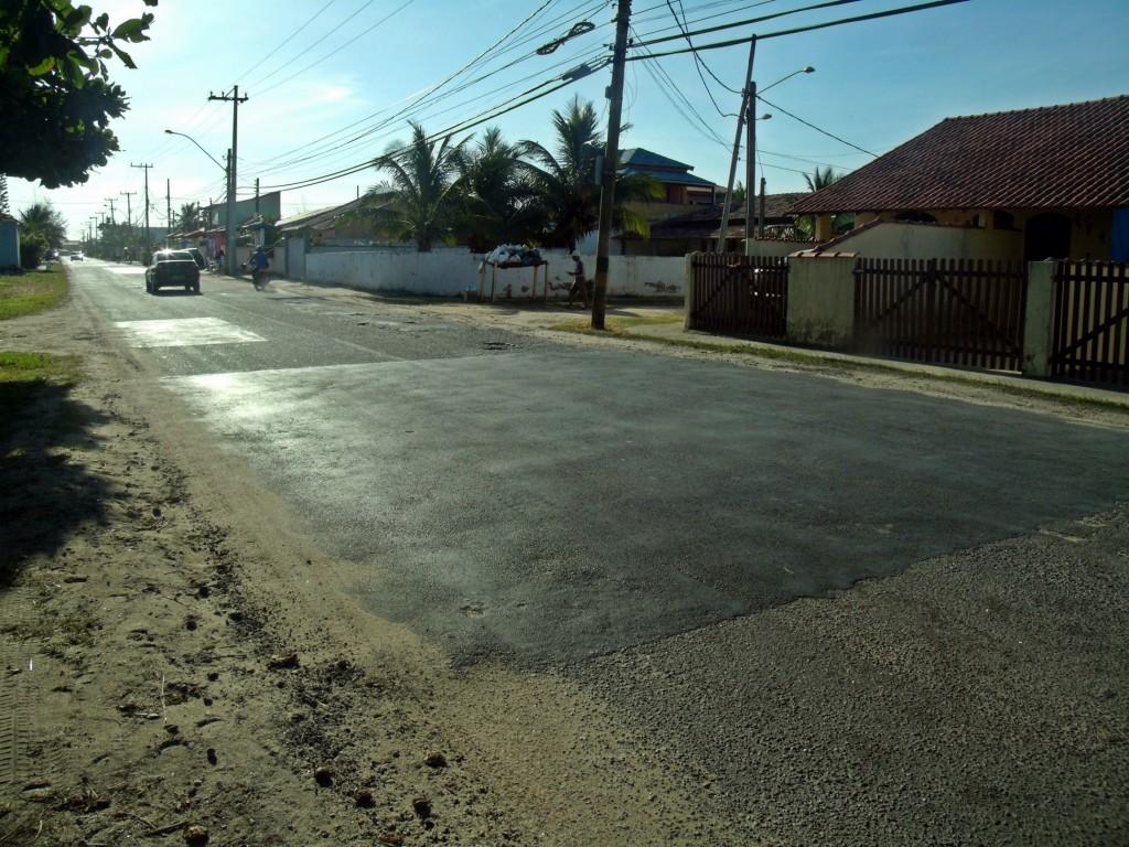 Recapeamento do asfalto da Avenida Central foi feita até a rua 88, em Cordeirinho. (Foto: João Henrique | Maricá Info)