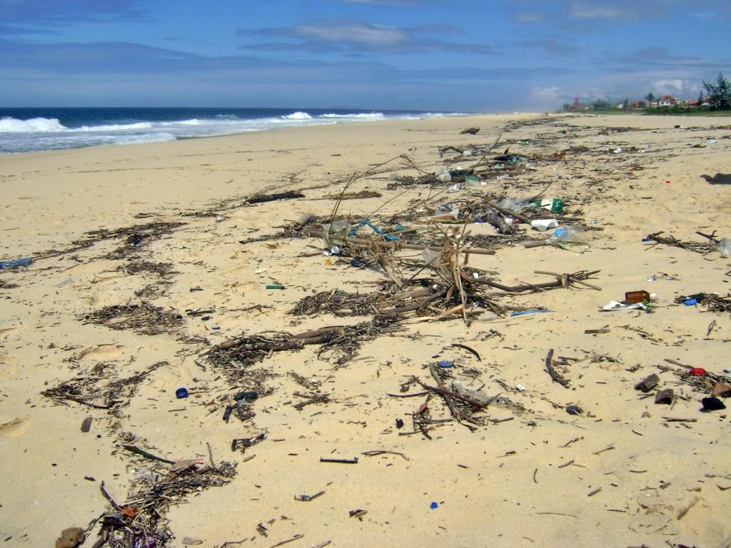 Muita sujeira na praia de Cordeirinho. (Fotos: Otniel P. Pereira | Maricá Info)