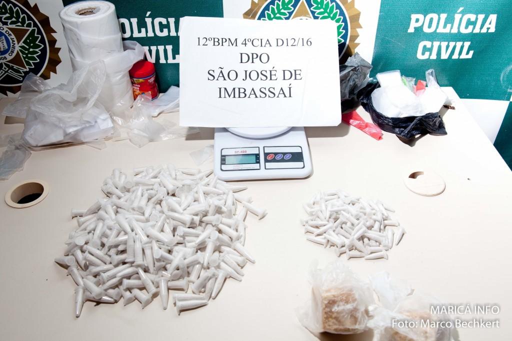 Aproximadamente 200 cápsulas de cocaína e 2 pedras de crack foram apreendidas com Gerônimo. (FOTO: Marco Bechkert | Maricá Info)