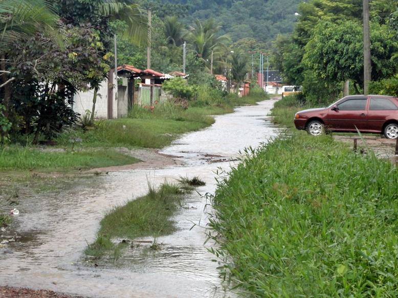 Rua alagada no Jardim Vera Cruz, em Itaipuaçu, distrito de Maricá. (Foto: Diego Viana | Internauta)