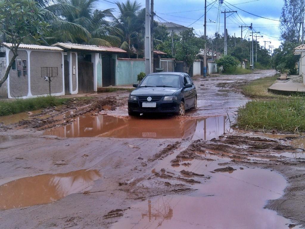 Rua Madressilva, completamente cheia de lama. (Foto: Adriano Marçal | Maricá Info)