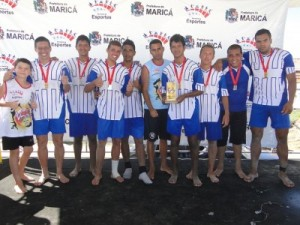Time do Barra FC recebem o troféu. (Foto: Clarildo Menezes)