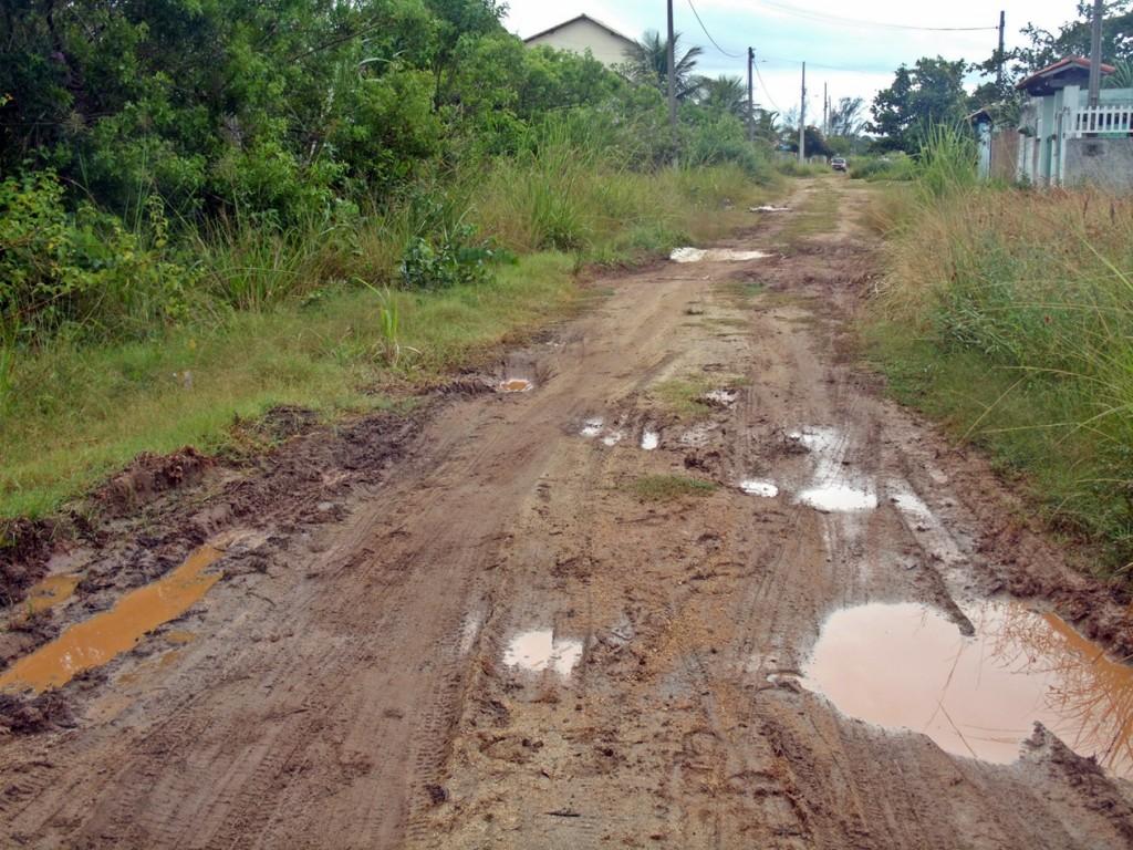 Em Jaconé, ruas cheias de lama e buracos. (Foto: João Henrique | Maricá Info)