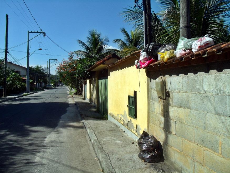 Lixo acumulado na Mumbuca. (Foto: João Henrique | Maricá Info)