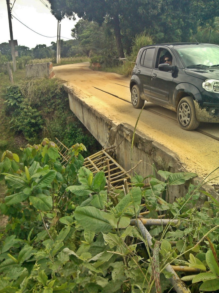 Ponte ameaça pedestres e motoristas no Espraiado. (Foto: João Henrique   Maricá Info)