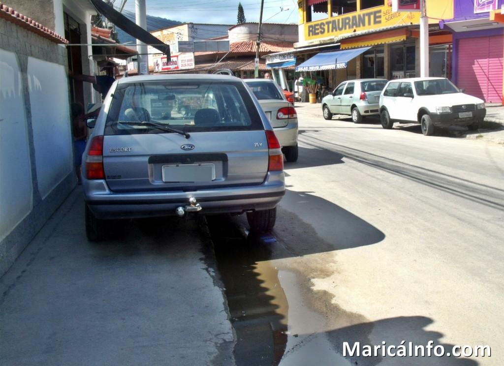 Carro estacionado sobre a calçada em São José do Imbassaí. (Foto: João Henrique | Maricá Info)