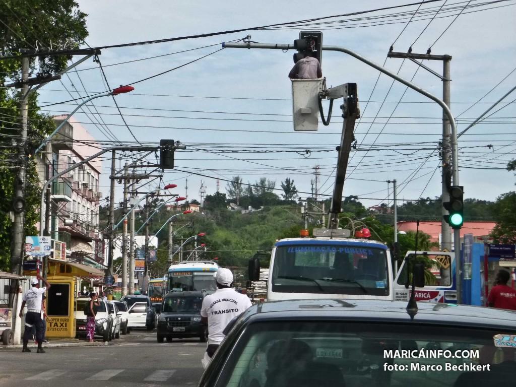 Prefeitura realiza reparos nos semáfaros no Centro de Maricá. (Foto: Marco Bechkert | Maricá Info)
