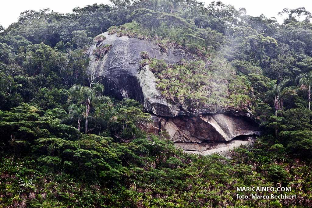 A pedra fica no Morro da Penha, no interior do Parque Estadual da Serra da Tiririca, no Recanto de Itaipuaçu. (Foto: Marco Bechkert   Maricá Info)