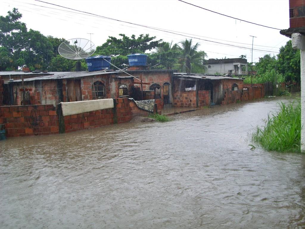 Chuvas deixam casas debaixo d'água em São José do Imbassaí. (Foto: Fabiano Novaes   Maricá Info)
