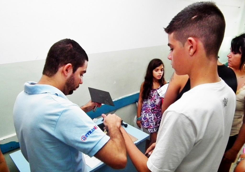 Jovem tira Carteira de Identidade na ação de cidadania no Recanto. (Foto: Divulgação)