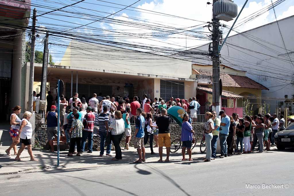 Eleitores enfrentam uma enorme fila para regularizar situação eleitoral. (Foto: Marco Bechkert | Maricá Info)