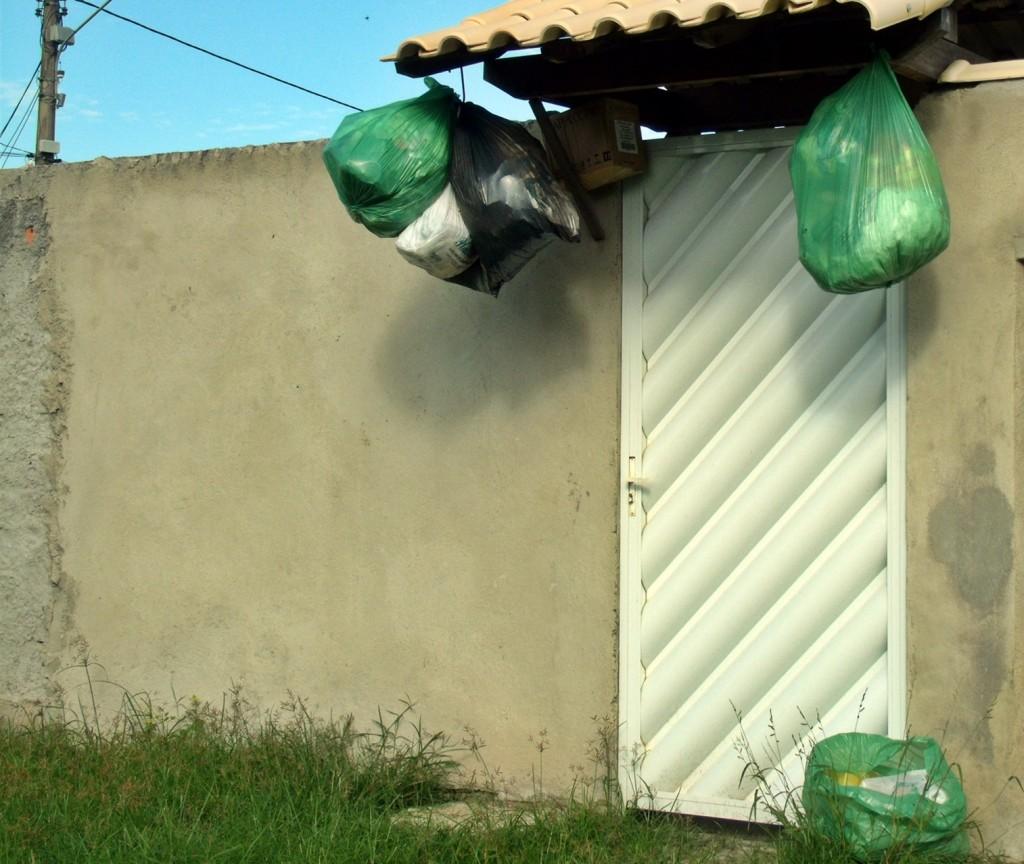 Lixo acumulado no bairro Parque Nanci. (Foto: João Henrique | Maricá Info)