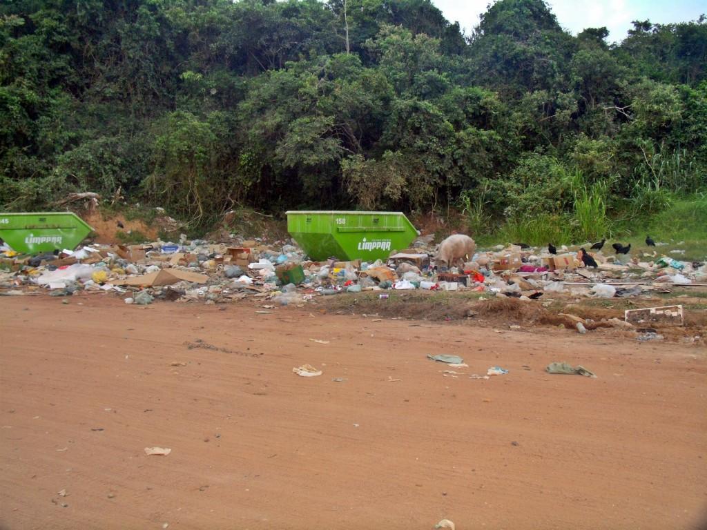 Local é conhecido como o 'Lixão da 90', em Cordeirinho. (Foto: João Henrique | Maricá Info)