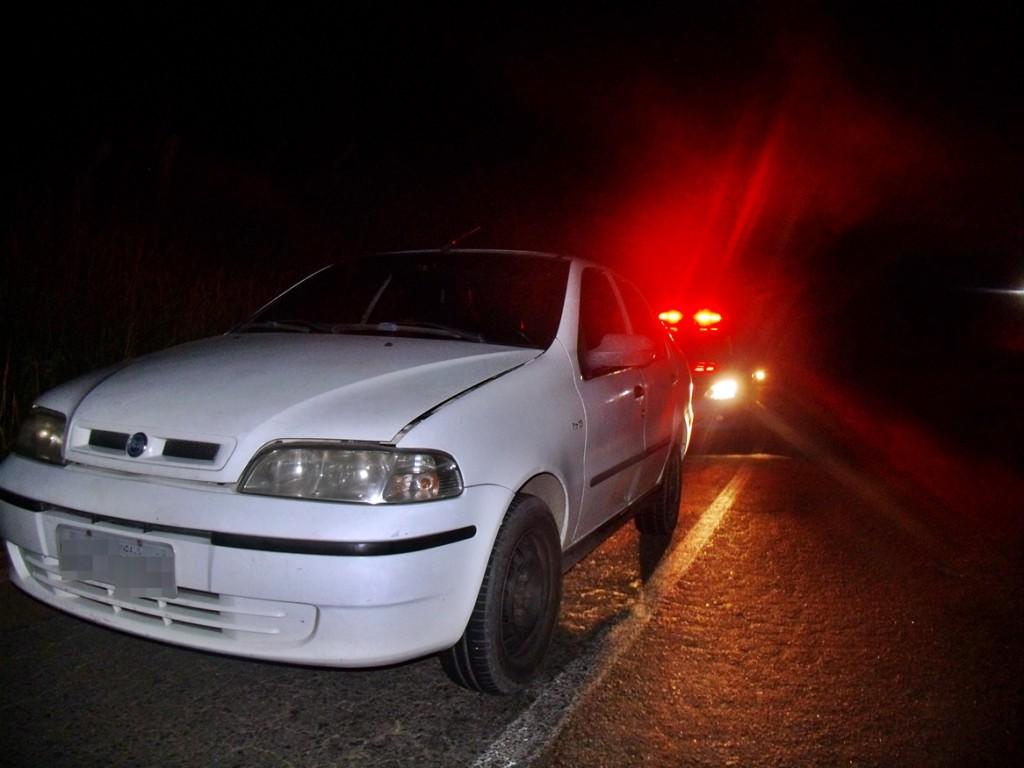 Policiais encontraram o Siena na 'curva da tirante', em Inoã. (Foto: João Henrique | Maricá Info)