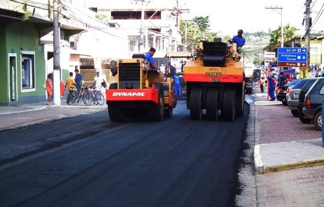 """Asfalto na Porta"": equipes pavimentam Rua Abreu Rangel"