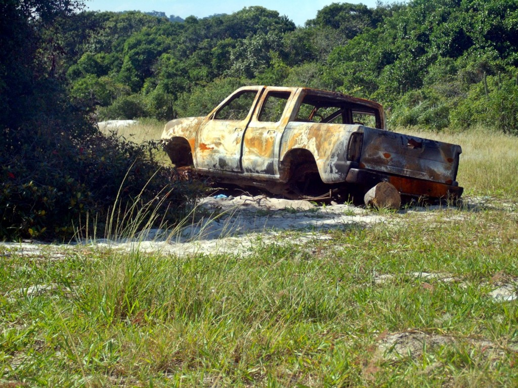 Pick Up incinerada na Restinga de Maricá. Local é usado para a desova de corpos e veículos roubados. (Foto: João Henrique | Maricá Info)