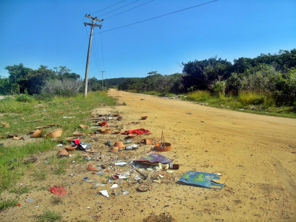 Material de despachos tomam conta dos cruzamentos com a Av. Prefeito Joaquim Mendes, na Restinga. (Foto: João Henrique | Maricá Info)