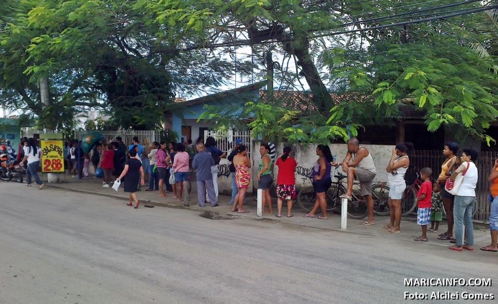 Pacientes enfrentam longa fila para marcar consulta. (Foto: Alcilei Gomes | Maricá Info)