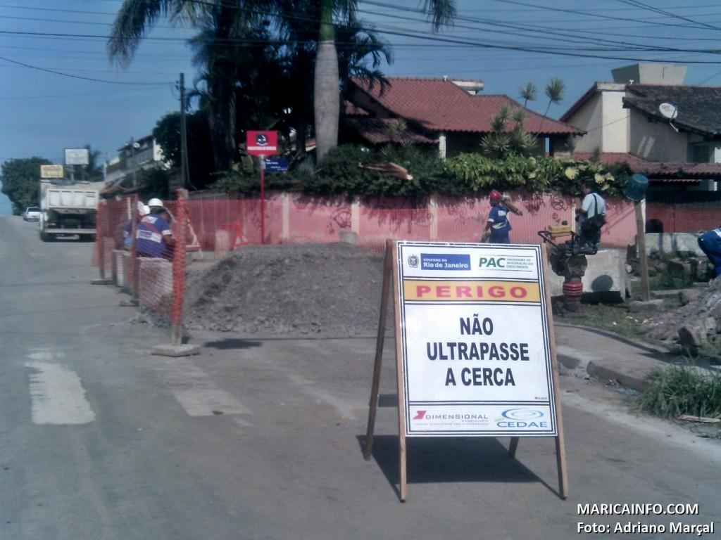 Funcionários da CEDAE trabalham na colocação de tubulação em Itaipuaçu. (Foto: Adriano Marçal   Maricá Info)