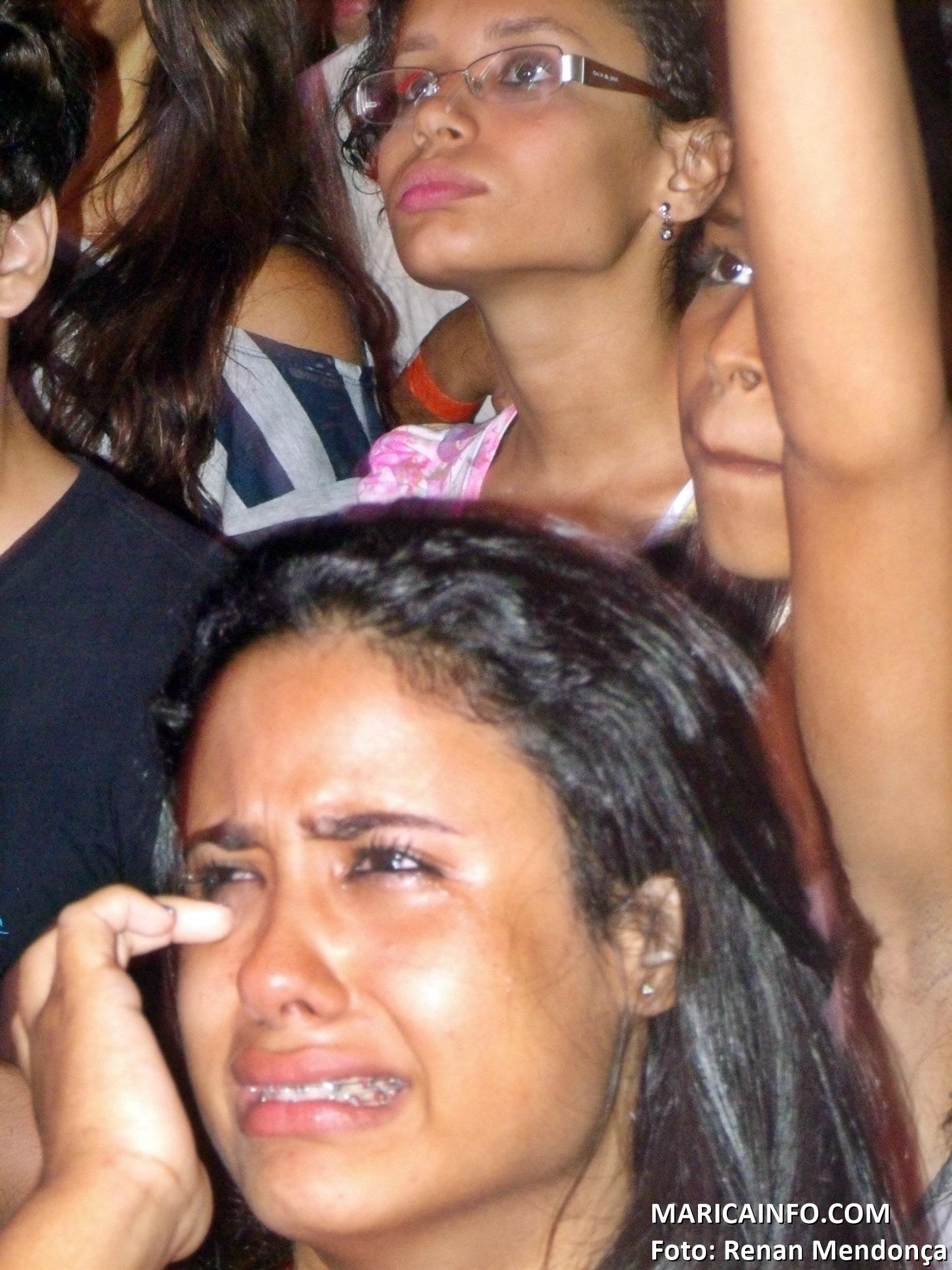 Jovem emocionada chora no show de Aline Barros. (Foto: Renan Mendonça | Maricá Info)