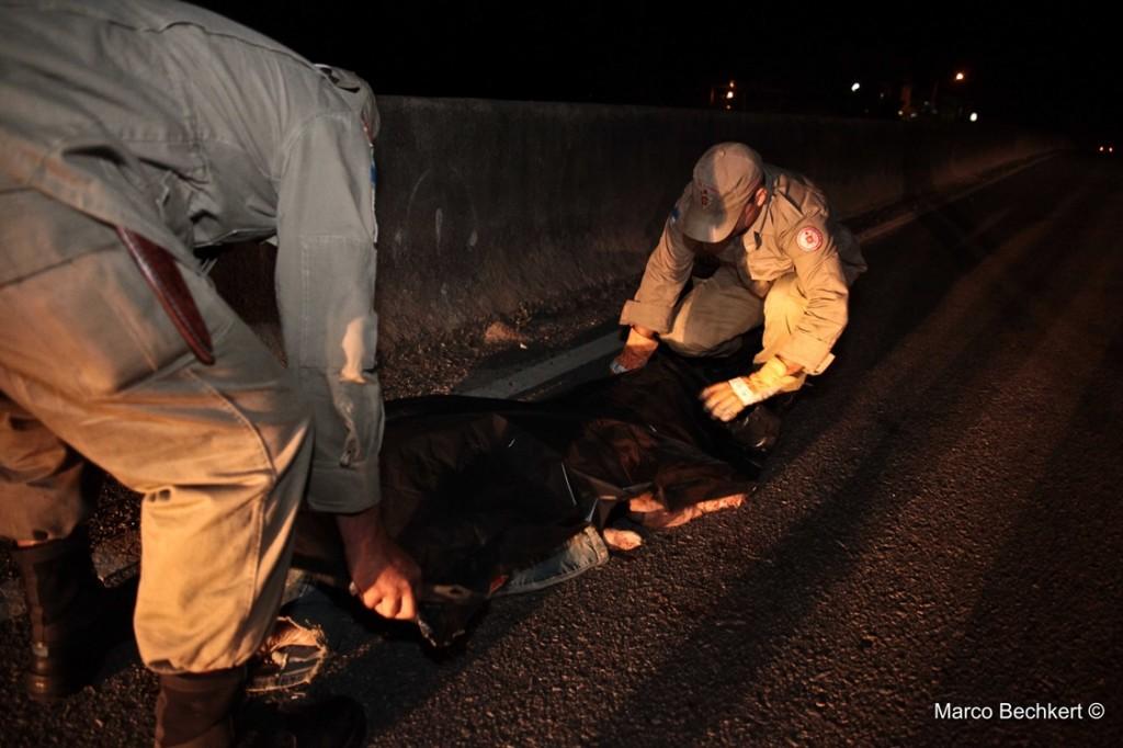Mulher morreu atropelada na noite desta quarta-feira (08) em Maricá. (Foto: Marco Bechkert   Maricá Info)