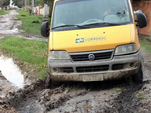 Veículo dos Correios atolado na rua Araguari. (Foto: Henrique Filho | Internauta Maricá Info)