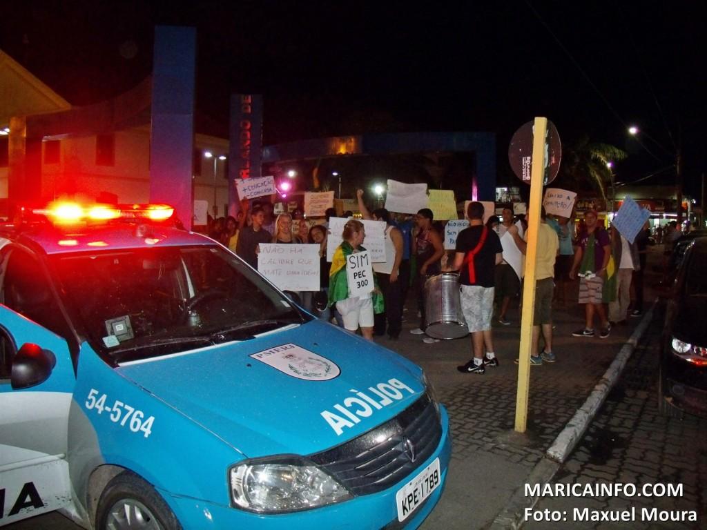 Pequeno grupo de manifestantes ocupam a praça Orlando de Barros Pimentel, no Centro. (Foto: Maxuel Moura | Maricá Info)