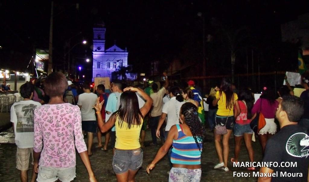 Manifestantes seguem pelas ruas do Centro até a Prefeitura Municipal de Maricá. (Foto: Maxuel Moura | Maricá Info)