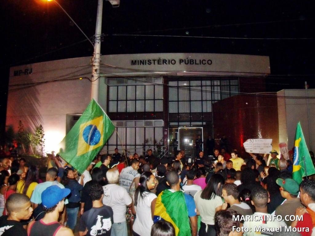 Cerca de 300 manifestantes pediram o fim da impunidade em frente ao Ministério Público em Maricá - RJ. (Foto: Maxuel Moura | Maricá Info)