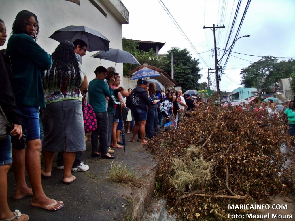 Pessoas aguardam atendimento para marcar consultas em meio ao lixo. (Foto: Maxuel Moura | Maricá Info)