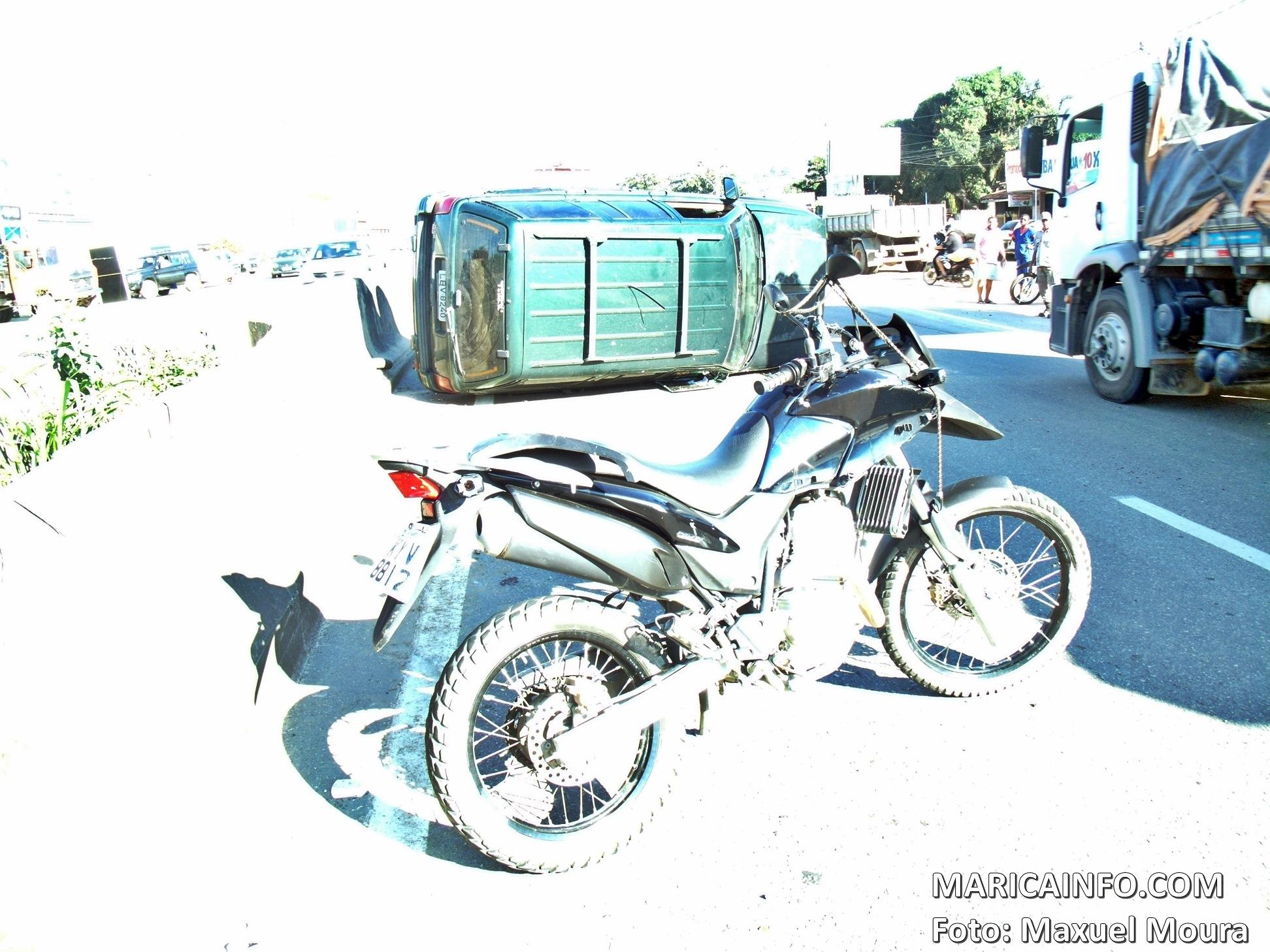 RJ106: Carro capota e deixa dois feridos em Maricá