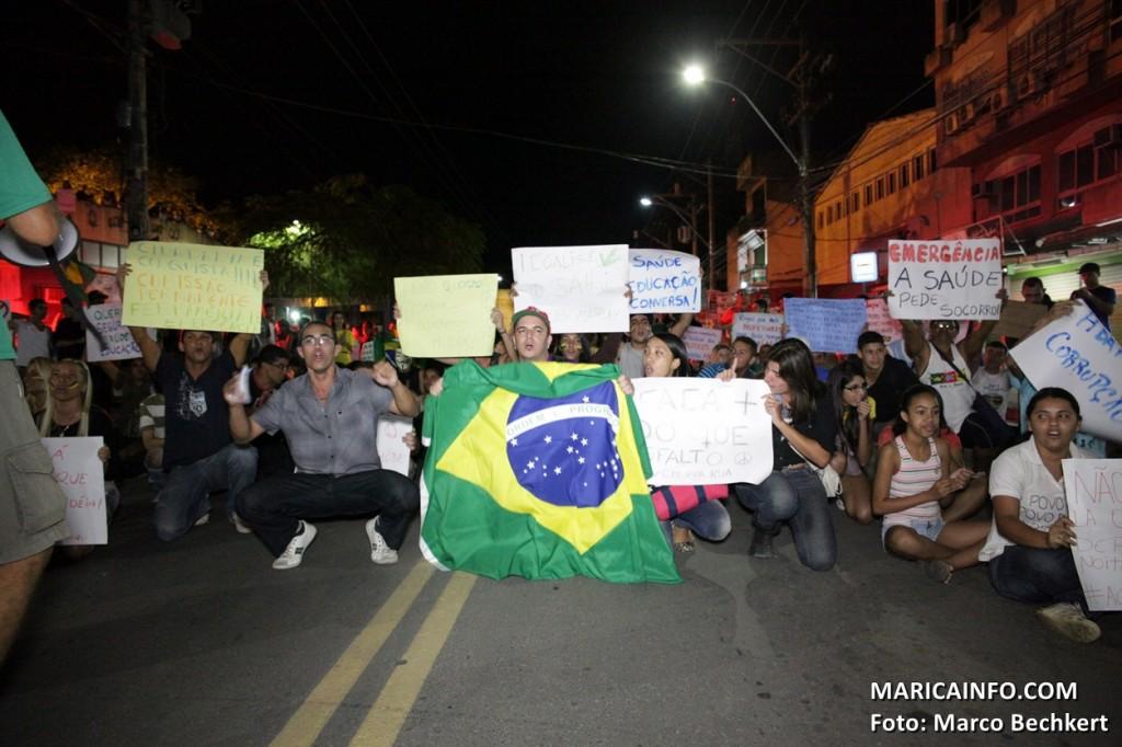 Manifestantes seguem pacificamente pelas ruas da cidade até a rodovia Amaral Peixoto (RJ106). (Foto: Marco Bechkert | Maricá Info)