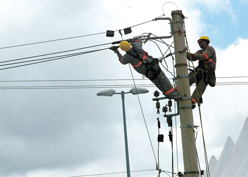 Funcionários da Ampla farão a manutenção da rede elétrica em Maricá. (Foto: Reprodução | Internet)
