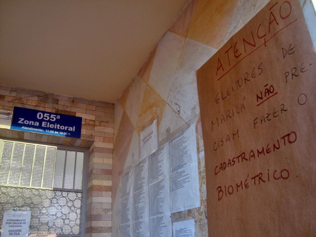 Cartaz avisa que os eleitores de Maricá não precisam realizar o recadastramento biométrico. (Foto: João Henrique | Maricá Info)