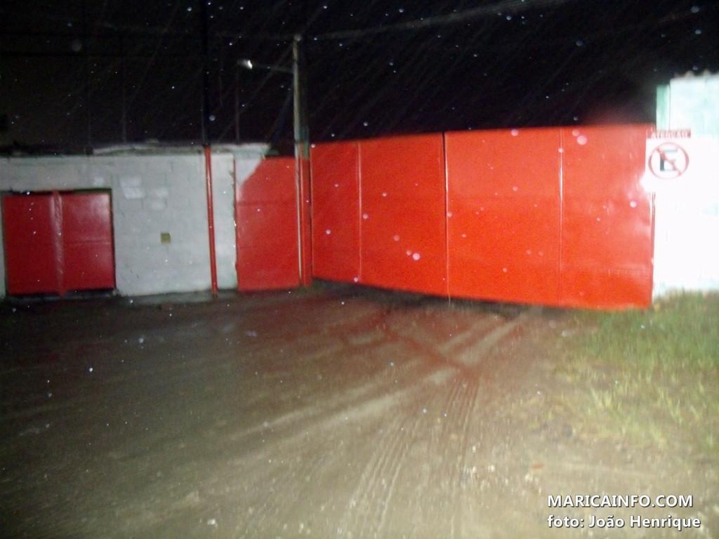 Caminhões estavam guardados no terreno localizado na RJ106 na altura do KM22,5. (Foto: João Henrique | Maricá Info)
