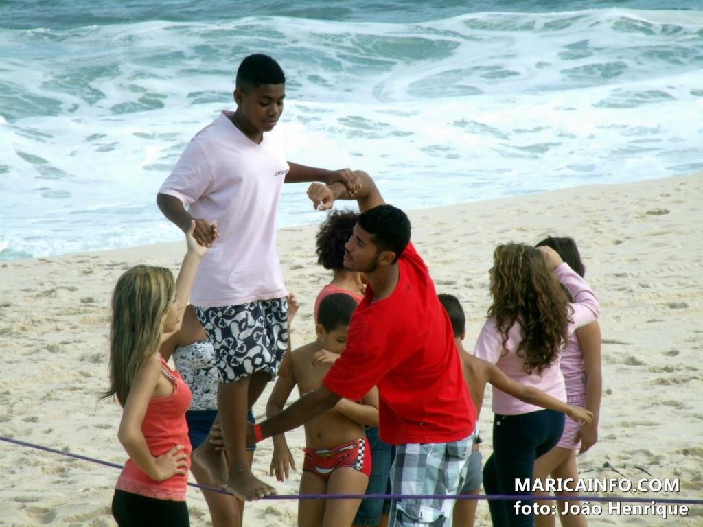 Instrutores auxiliavam iniciantes no esporte no Primeiro Encontro de Slackline de Maricá. (Foto: João Henrique | Maricá Info)