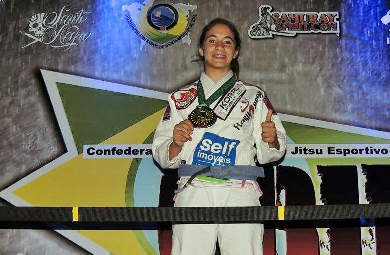 Mayssa Bastos exibe medalha conquistada neste sábado (29). (Foto: Reprodução)