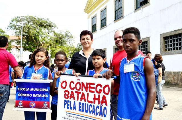 O aluno Paulo Eduardo Costa e parte da delegação da E. M. Cônego Batalha. (Foto: Fernando Silva)