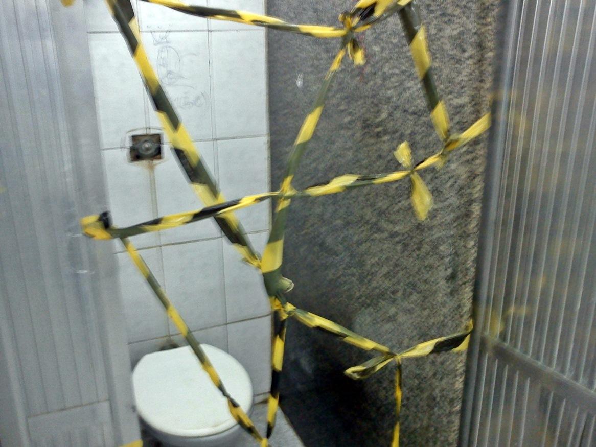 Banheiro com interdição. Não há previsão de quando voltará. (Foto: Internauta | Maricá Info)