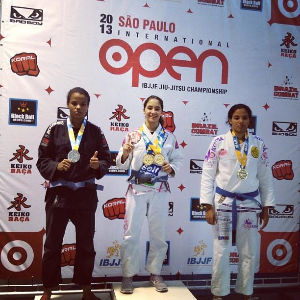Mayssa Bastos no pódio com as medalhas de ouro. (Foto: Reprodução   Instagram)
