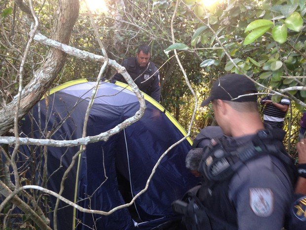 Acampamento foi encontrado no meio da mata. Ação faz parte da operação que apreendeu mais de 400kg de drogas e fuzis. (Foto: Heitor Moreira   G1)