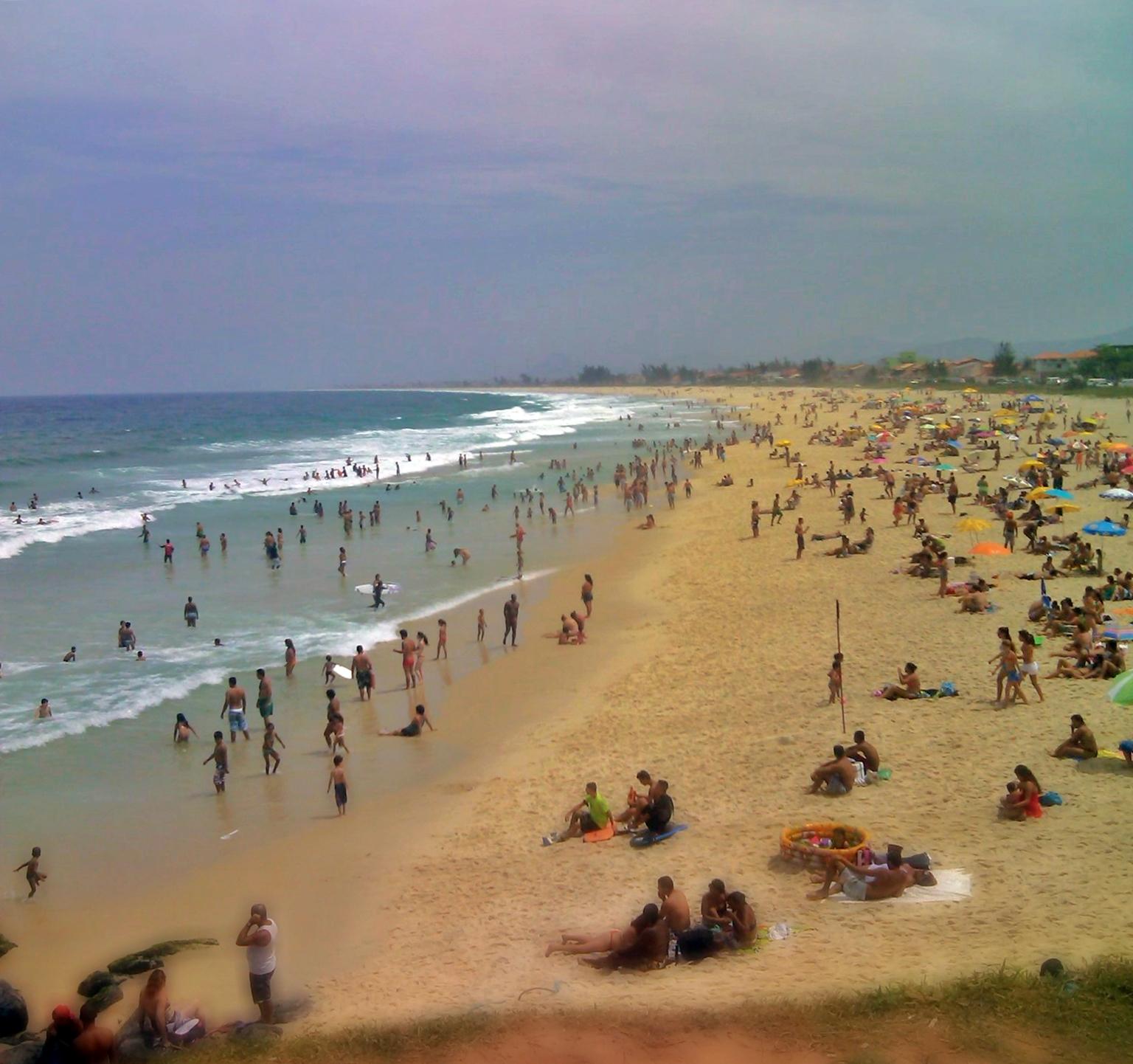 Milhares de pessoas foram às praias neste domingo (22). (Foto: João Henrique | Maricá Info)