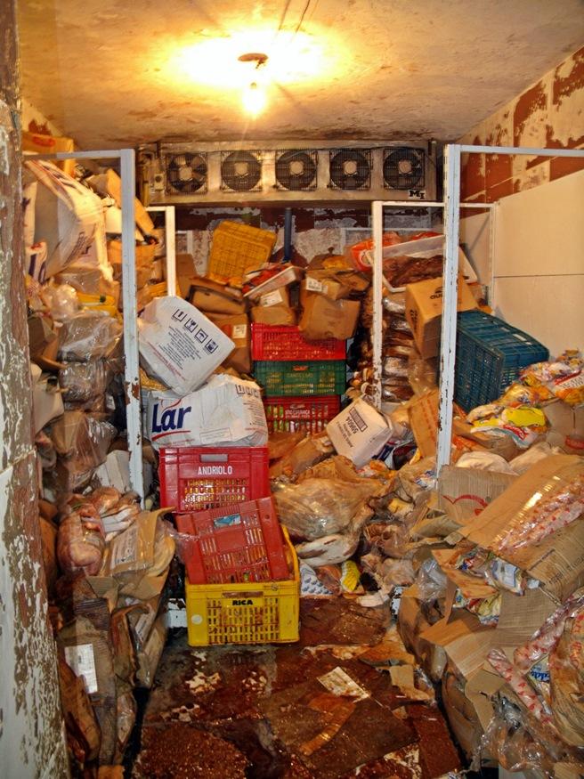 Toneladas de carne estragadas foram encontradas no frigorífico do supermercado. (Foto: MaricáInfo.com)