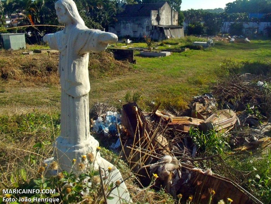 Há quatro meses o cemitério estava largado. (Foto: João Henrique | Maricá Info)