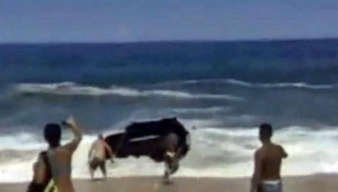 Maricá: Motorista perde controle e veículo é engolido pelo mar em Itaipuaçu