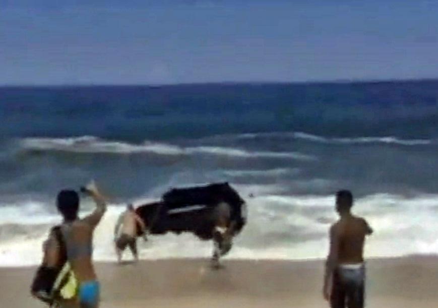 Motorista e carona abandonaram o veículo no mar de Itaipuaçu. (Foto: Josie Carla Paes)